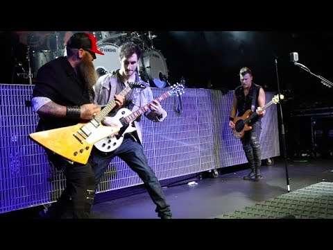 """Three Days Grace - Fan Plays Guitar for """"Break"""" in Nottingham Видео"""