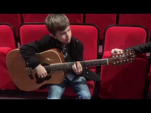 Мелкий четко играет на гитаре Видео