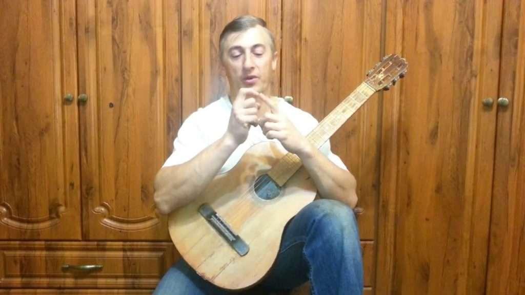 Как просто научиться играть на гитаре? Видео